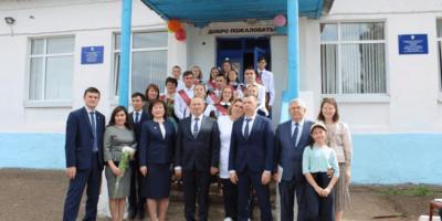 Александр Дегтярев побывал на Последнем звонке в своей родной школе